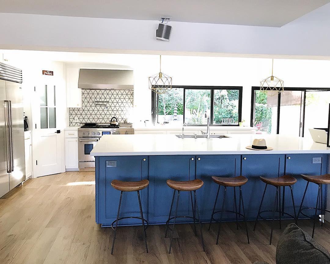 Cocina contemporánea azul y blanca de un blogger