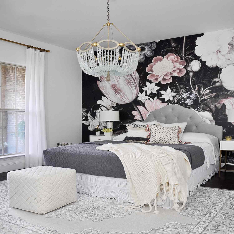Pared decorativa con papel tapiz floral