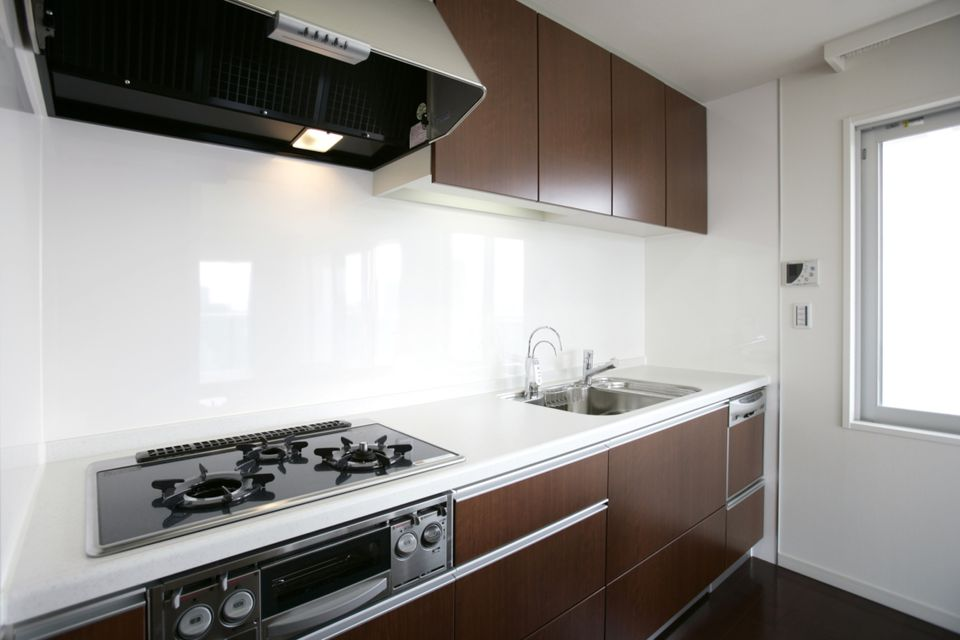 White sheet glass backsplash