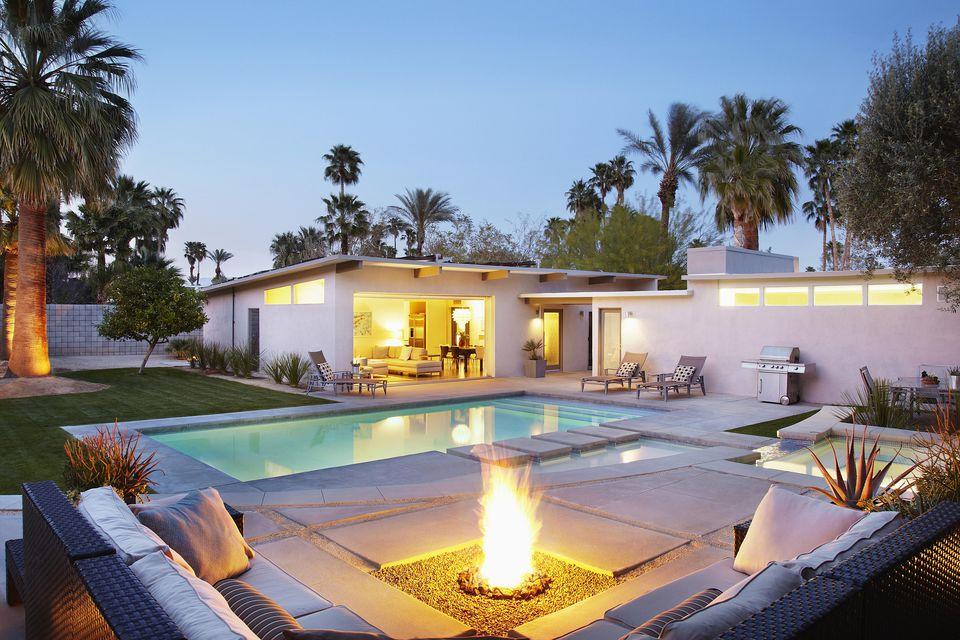 pozo de fuego cerca de la piscina