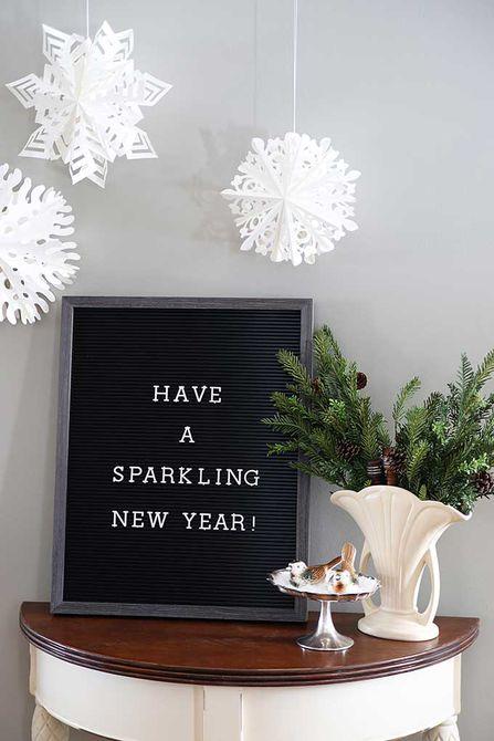 Tablero de letras que dice que tenga un brillante año nuevo