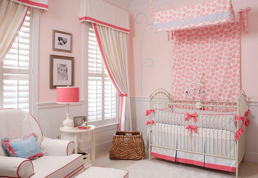 acentos de color rosa coral en vivero rosa y blanco