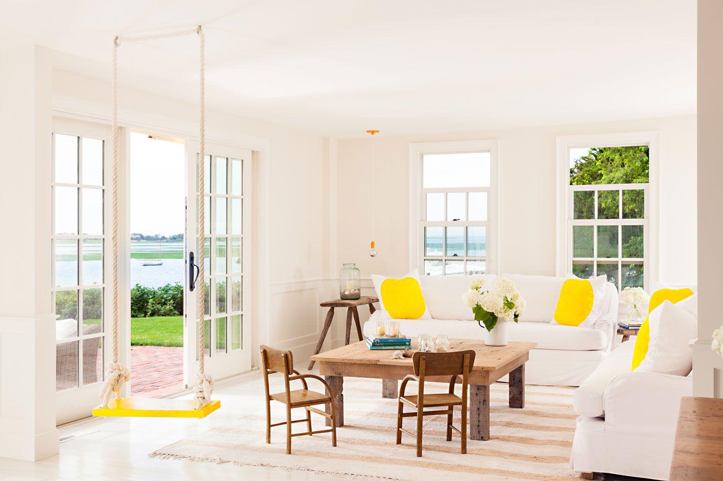 sala de estar de estilo cabaña con columpio