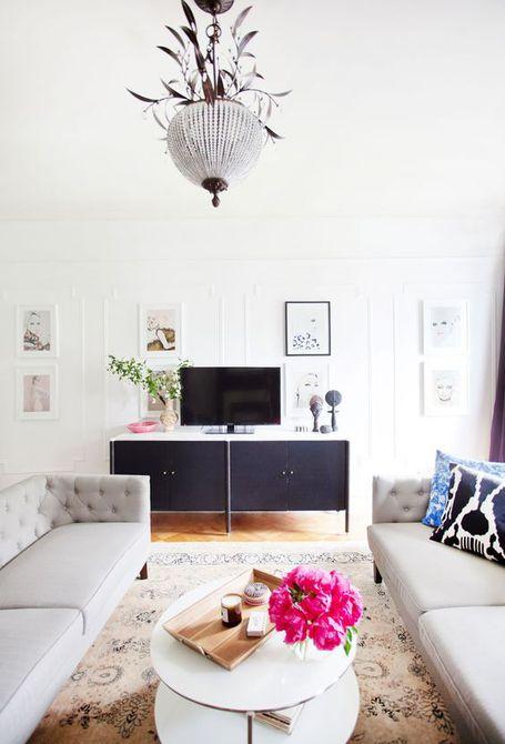 Una moderna y elegante sala de estar con paredes pintadas en AphroChic's Gallery White