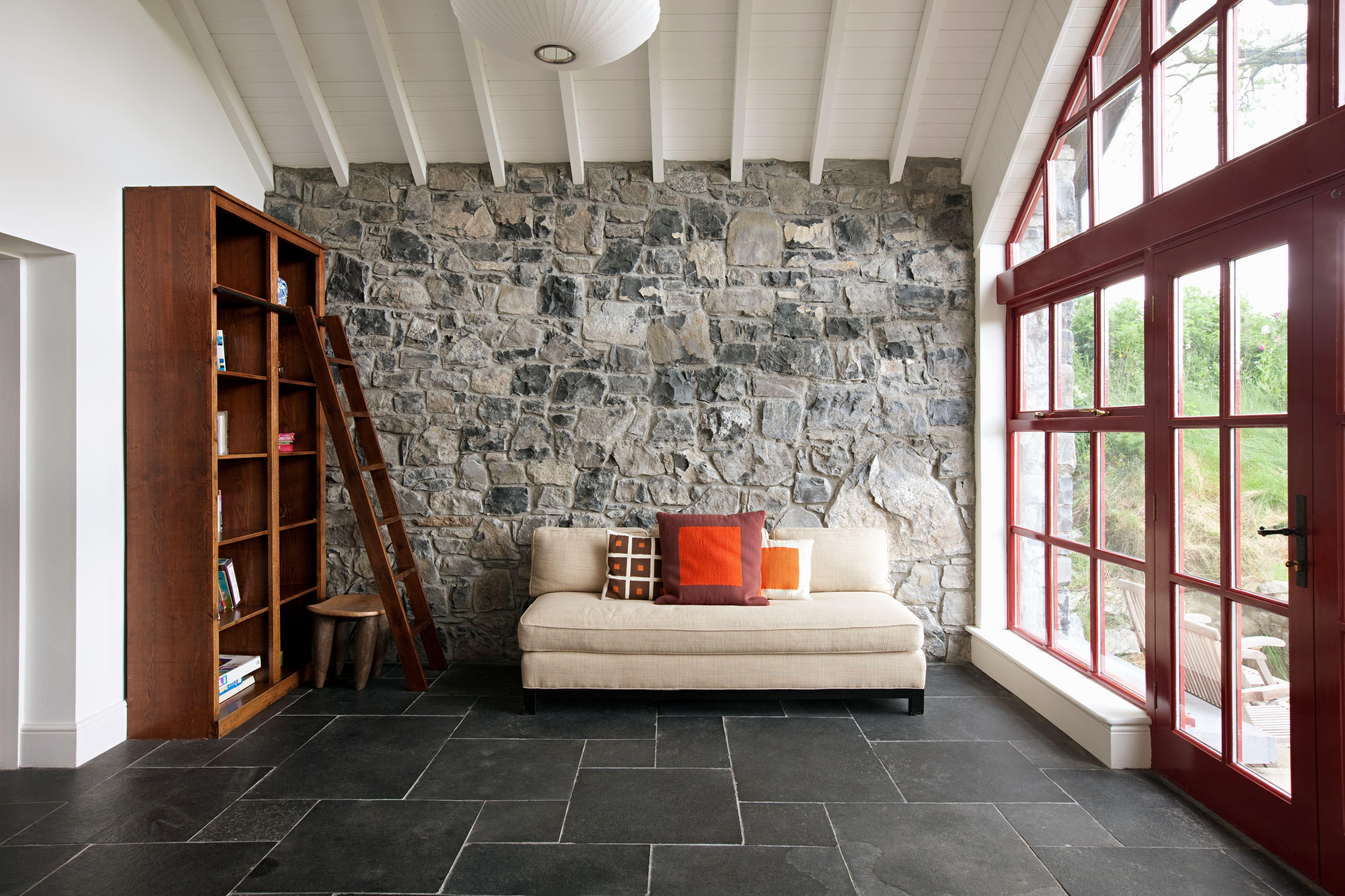 Habitación mínima con un muro de piedra