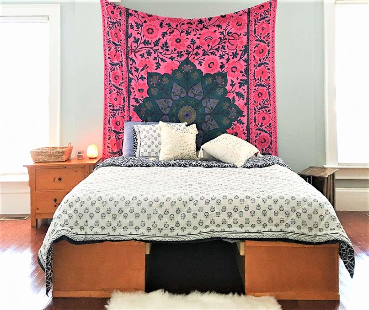 Tapiz brillante sobre la cama en este cambio de imagen de dormitorio