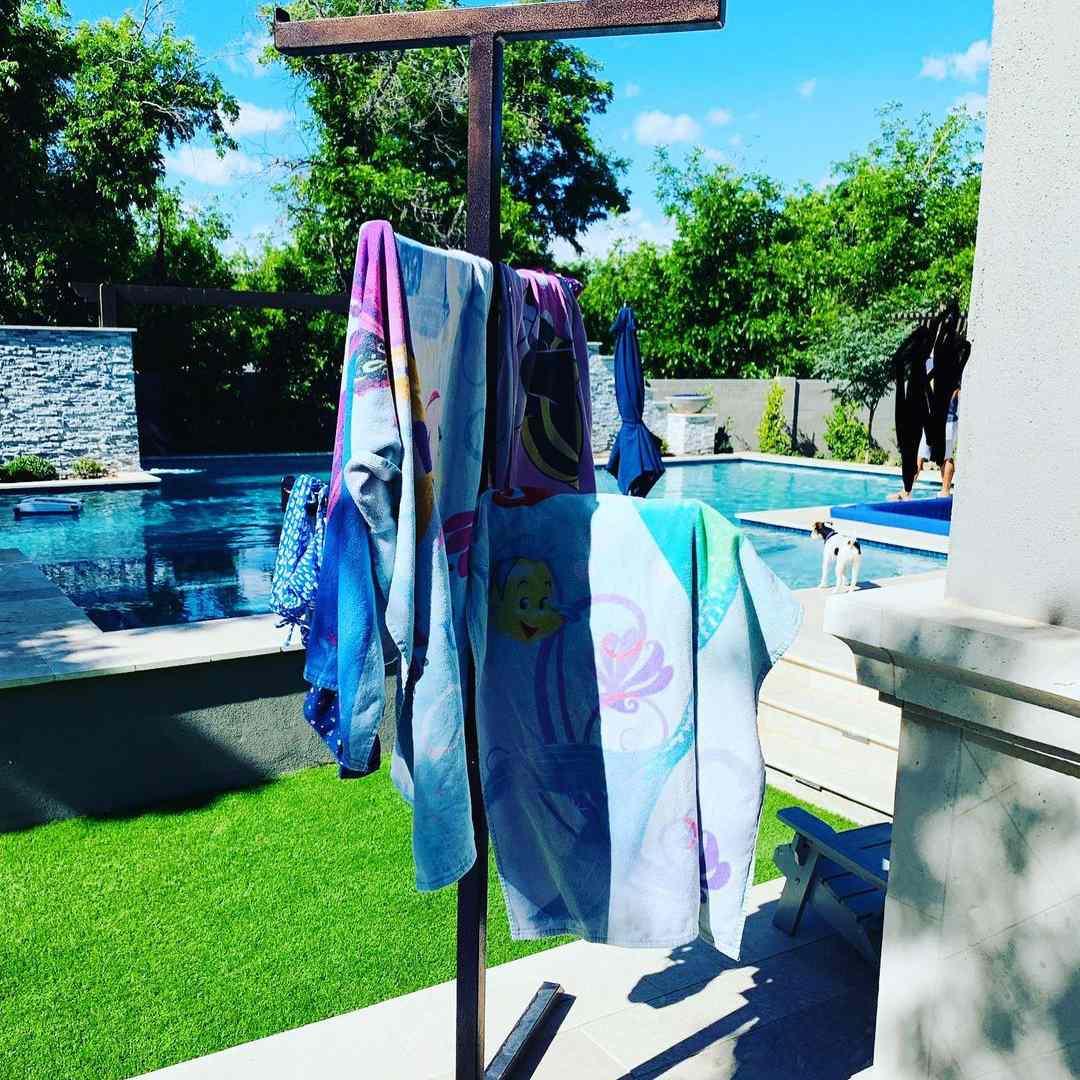 Metal coat rack with towels