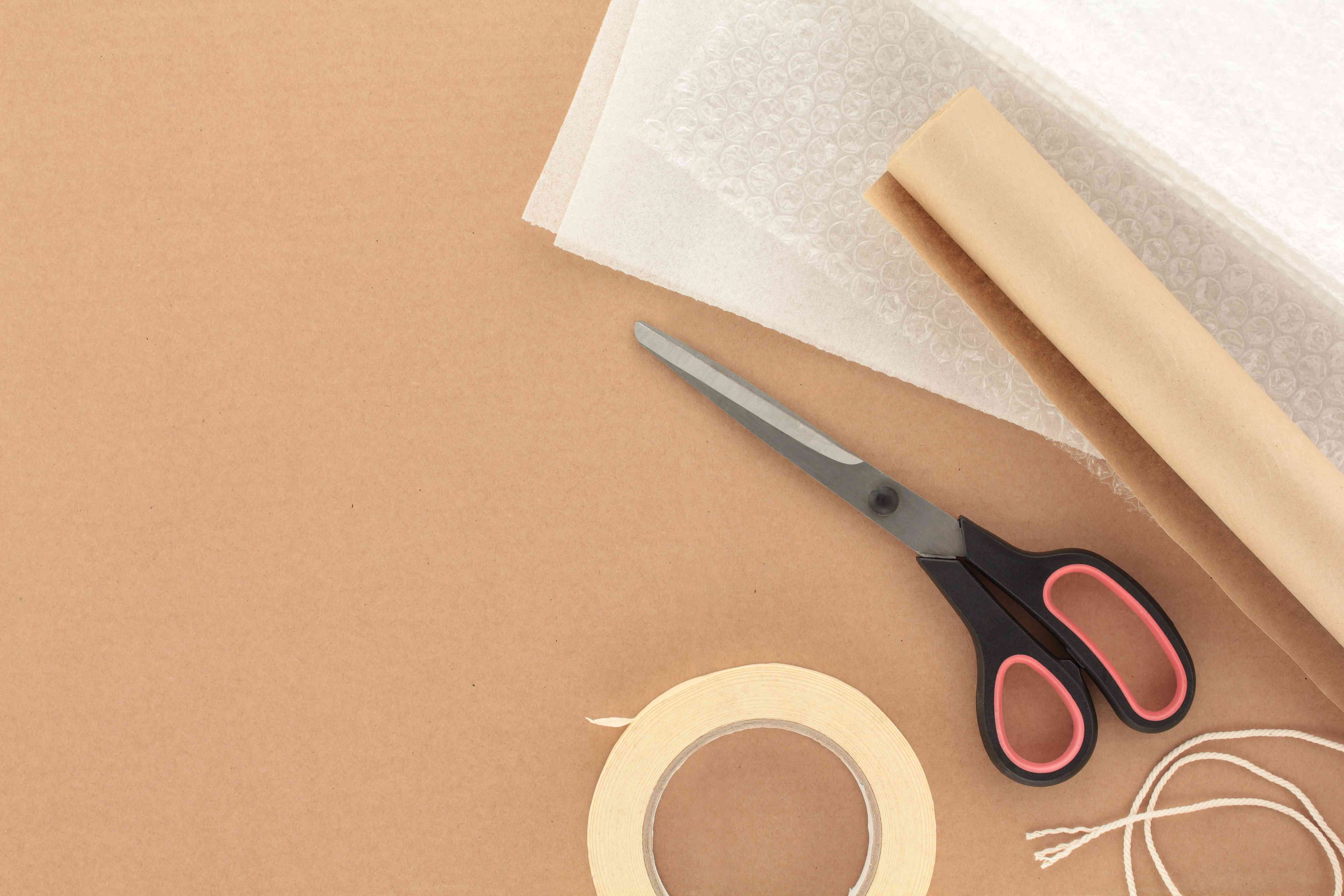 Materiales de embalaje con tijeras
