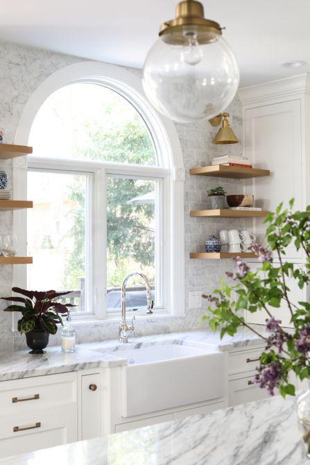 decoración de encimera de cocina abierta con estanterías