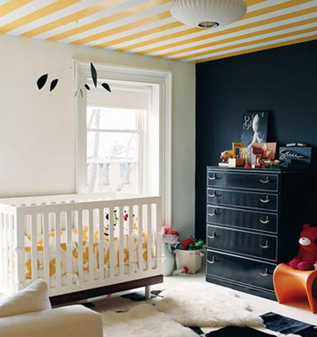 Vivero negro, blanco y amarillo con techo a rayas