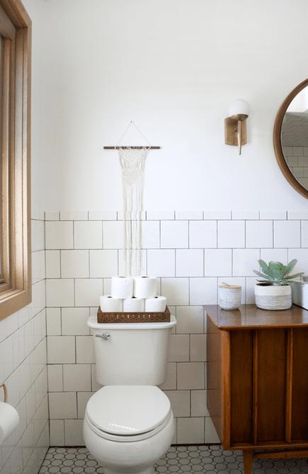 almacenamiento de papel higiénico en el baño