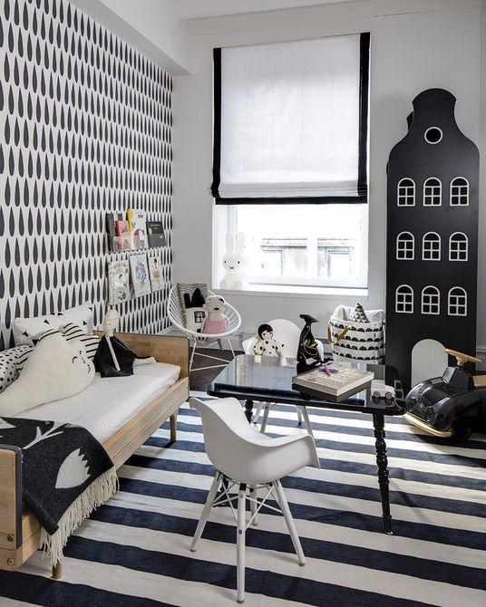 Vivero en blanco y negro con patrón gráfico de combinación  Vivero en blanco y negro con pared decorativa con estrella