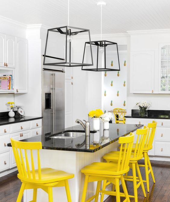 Amarillo cocina vibrante azul y azul con sillas amarillas y pisos de madera.