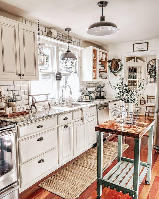 Cocina con una isla grande de madera blanca y blanca