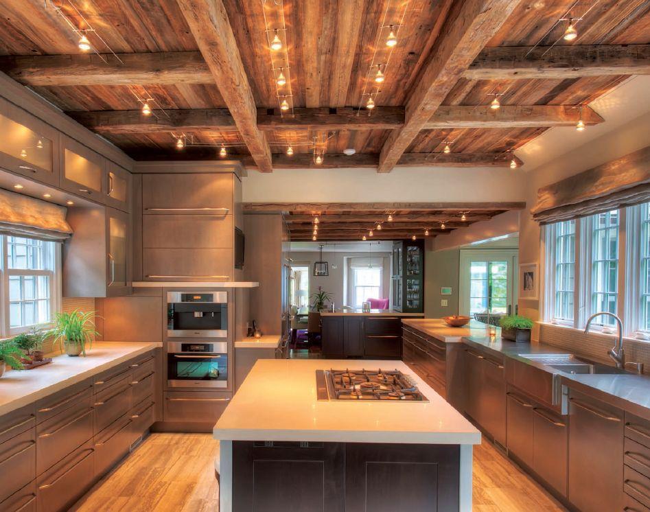 Cocina moderna de granero con techo de vigas
