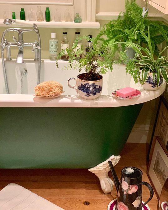 Baño con pintura verde