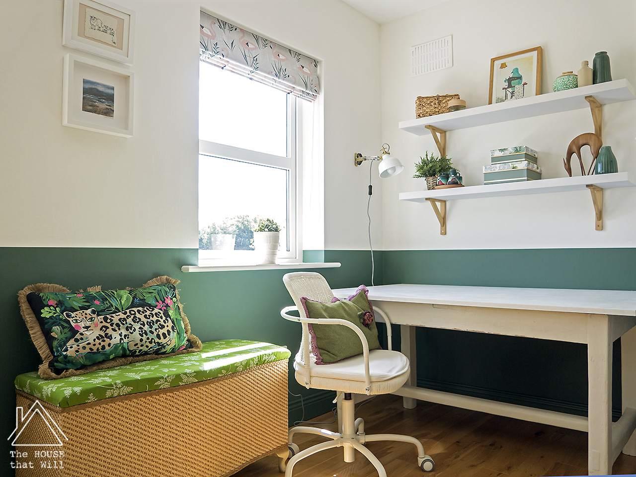 Sala de naturaleza con una mesa, una silla rodante y dos estantes.