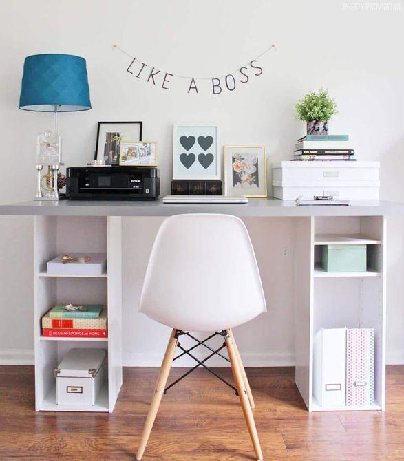Sala de manualidades con una mesa y una silla con un letrero que dice Like a Boss