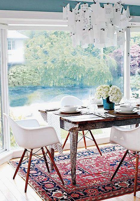 Cocina blanca que mira al aire libre con alfombra colorida
