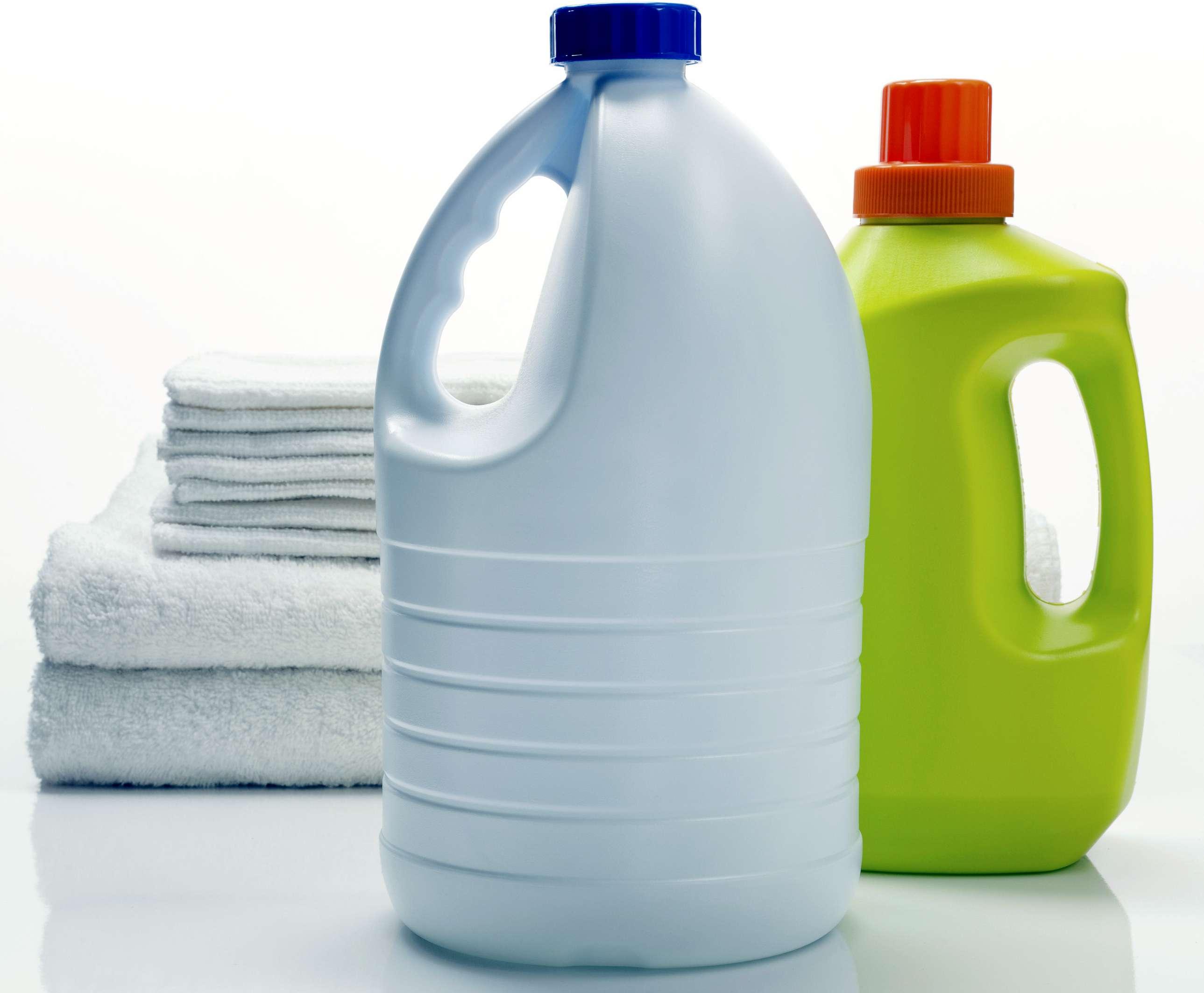 Dos recipientes de lejía genéricos y toallas limpias