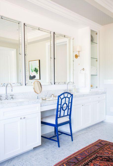 Silla azul marino en el baño blanco