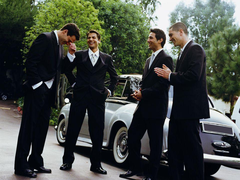 Novio y padrinos de boda riendo