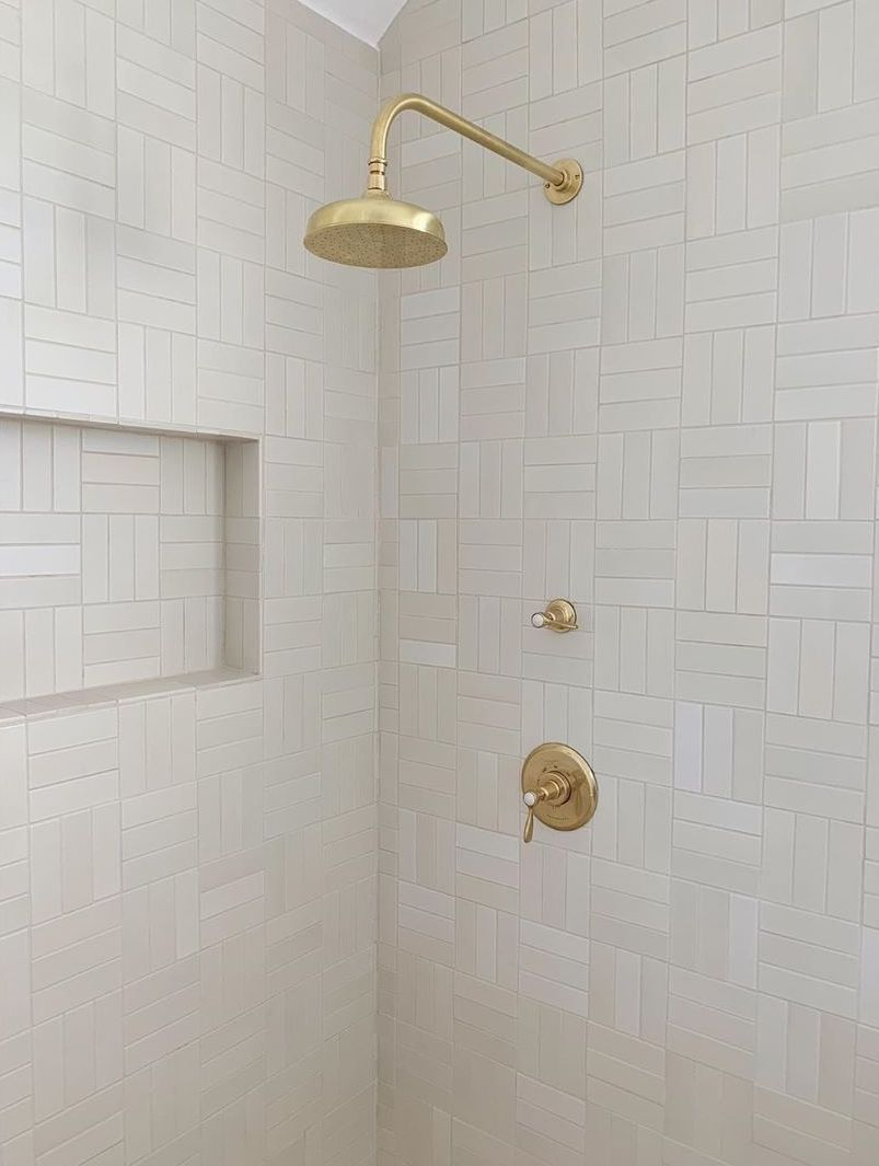 Shower with pearl like backsplash and gold fixtures