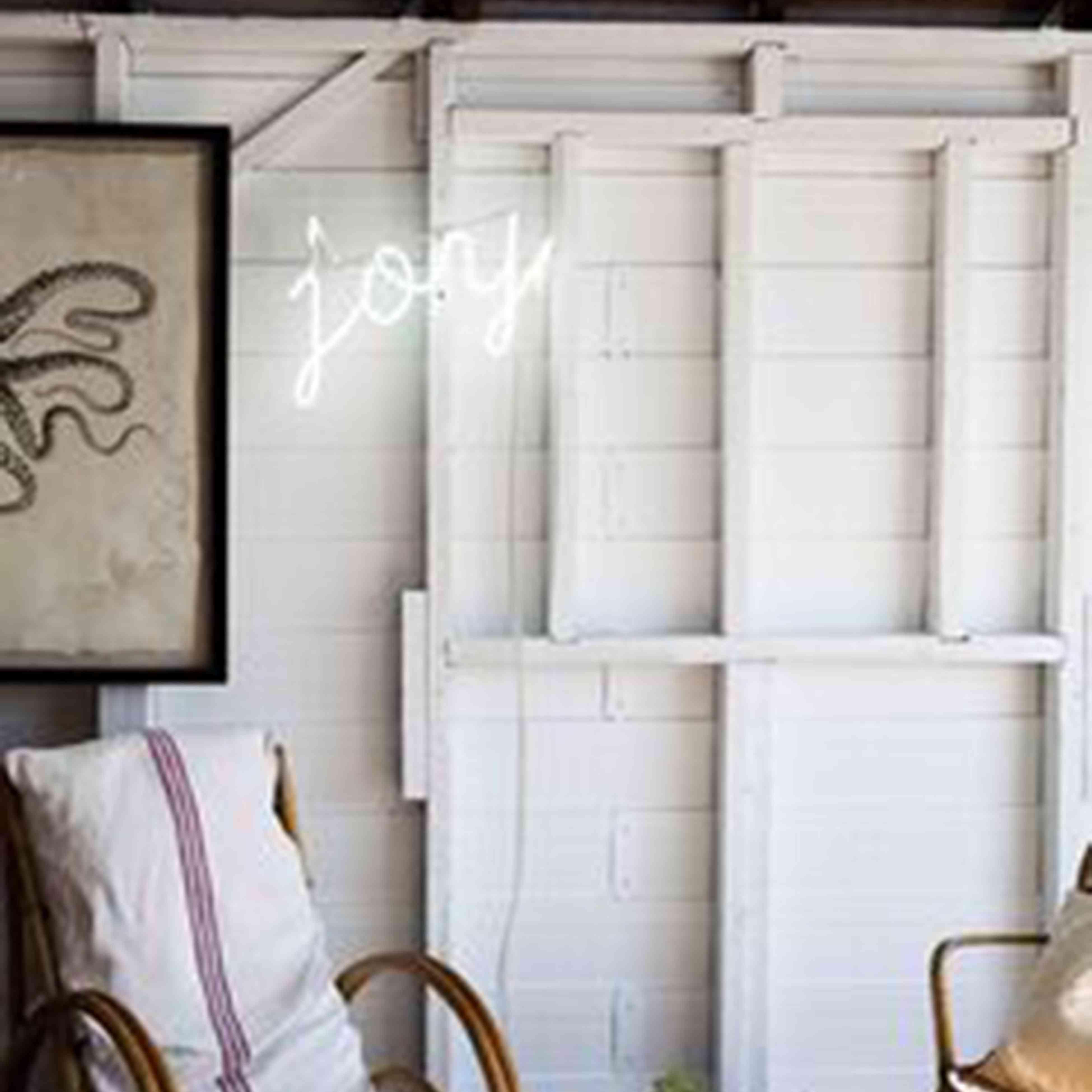 Letrero de neón blanco sobre blanco , Letrero de neón en una guardería