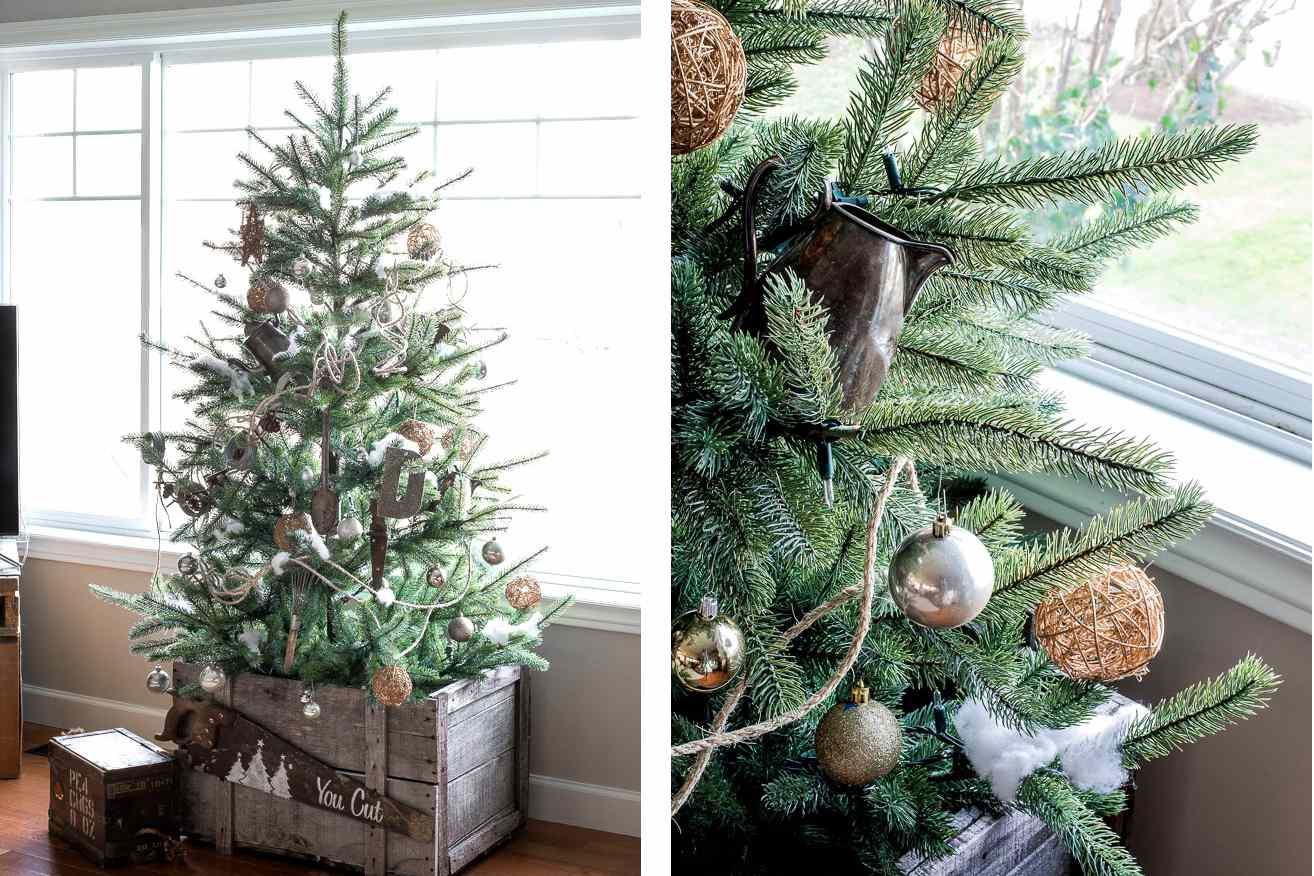 Árbol de Navidad de inspiración vintage cerca de una ventana