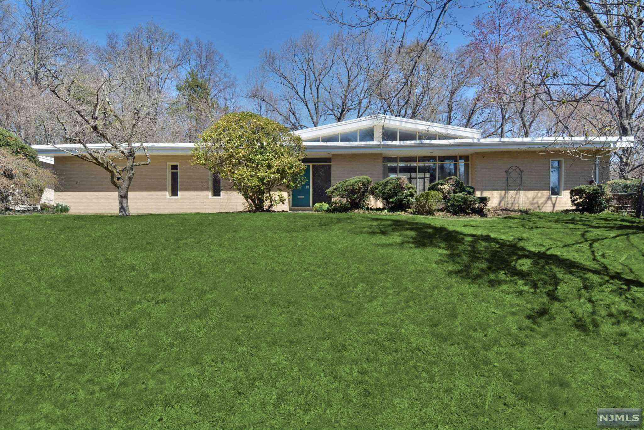 casa de rancho suburbana clásica de mediados de siglo
