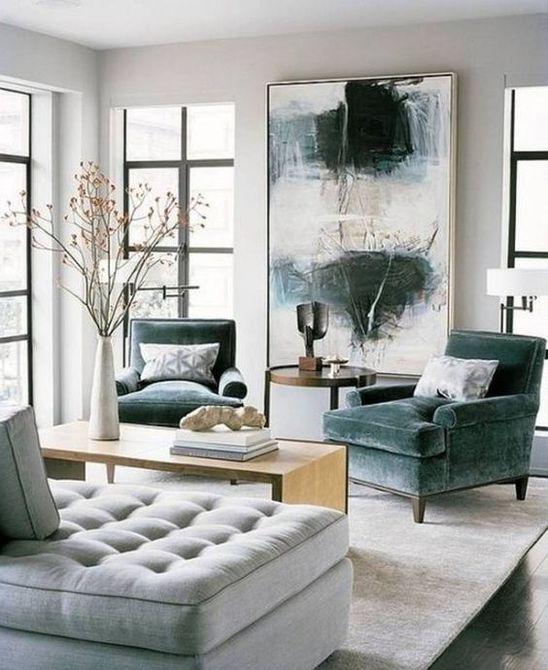 Sala de estar con sofás y arte azul grisáceo
