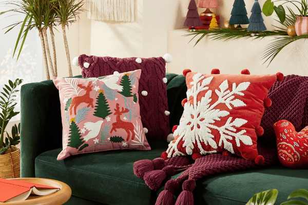 A living room decorated with Christmas decorations