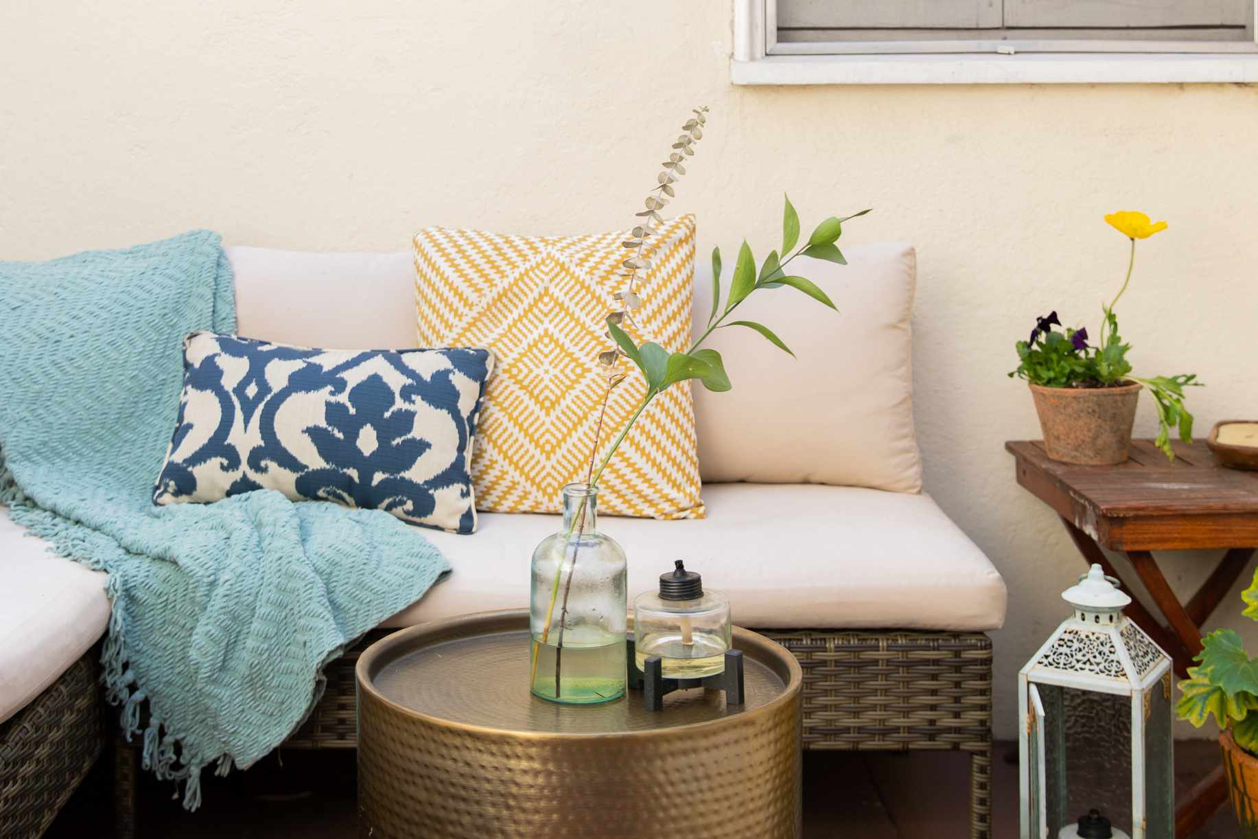 outdoor pillows and blankets