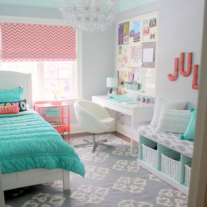 Habitación para adolescentes en menta, gris y coral