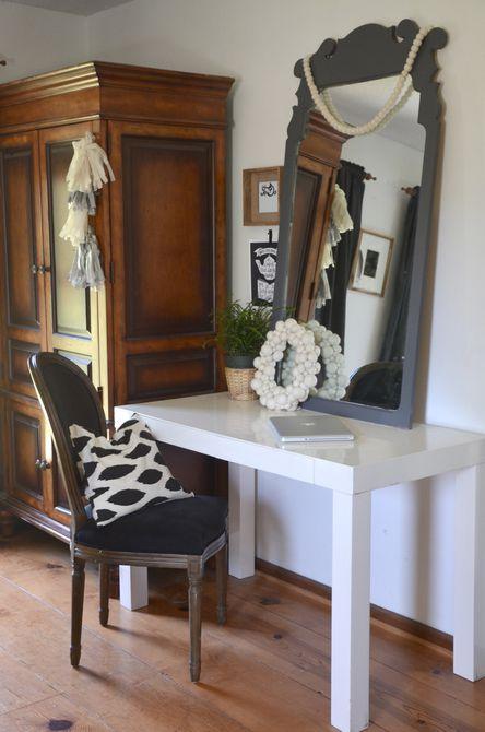 Espejo con acento gris en una mesa