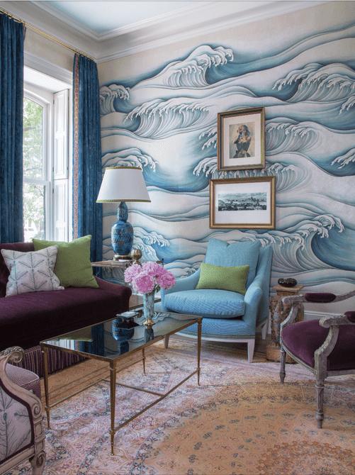Sala de estar con olas oceánicas en la pared