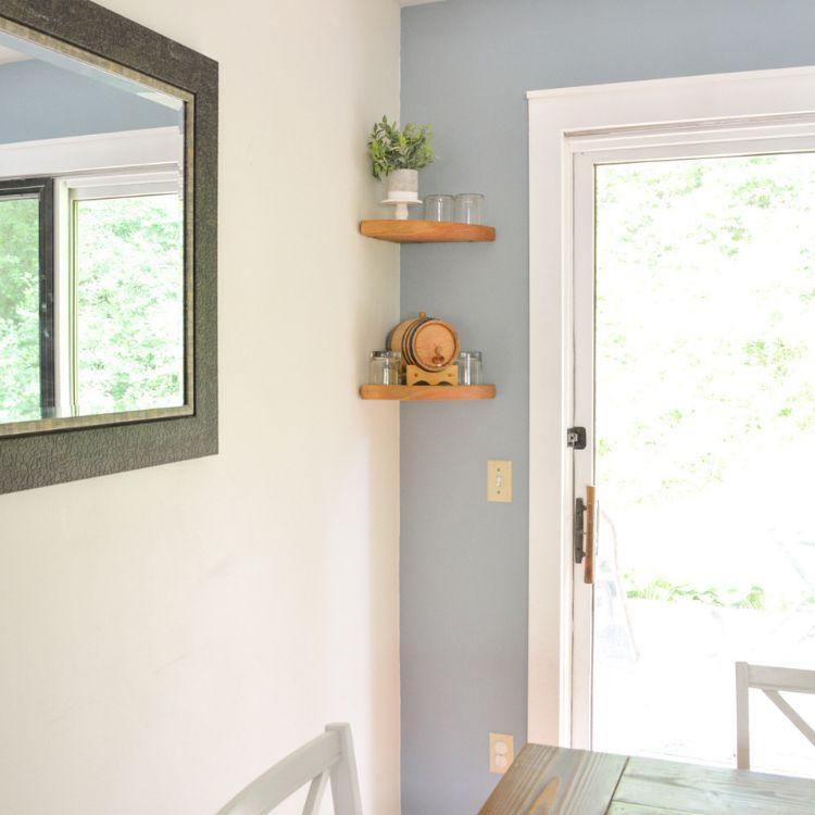Una cocina con estanterías de esquina
