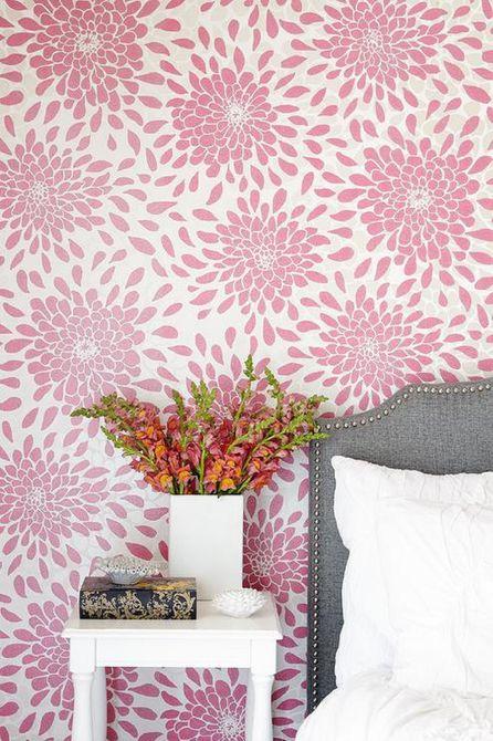 Papel tapiz floral rosa en habitación tradicional