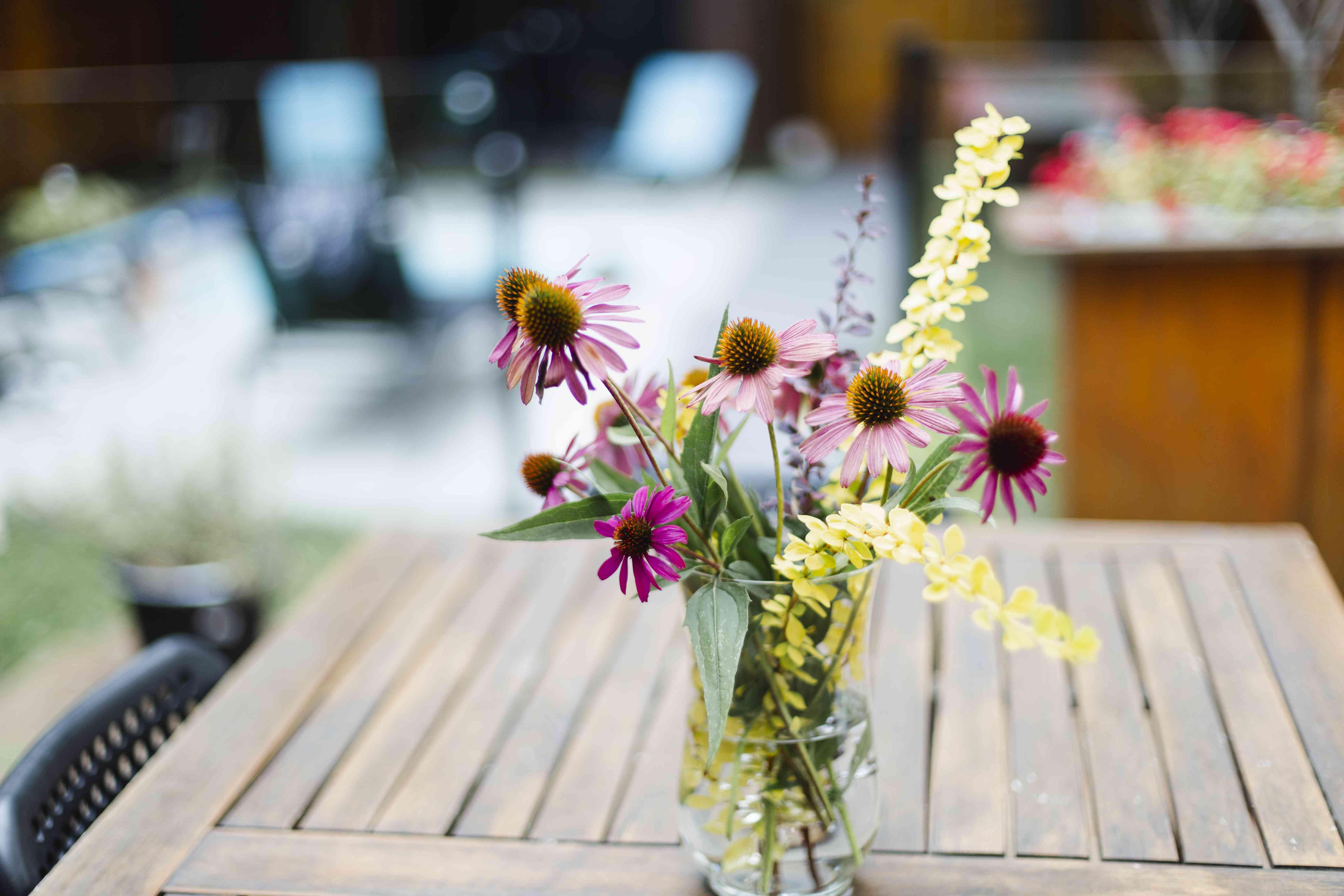 Ramo de flores silvestres en una mesa al aire libre