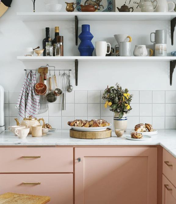 Cocina con gabinetes de durazno