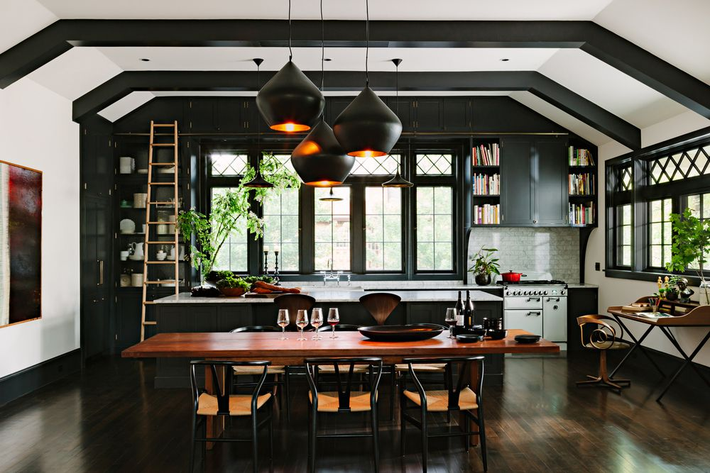cocina negra con gabinetes negros