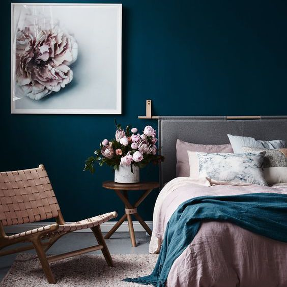 Paredes azul oscuro en la habitación rosa