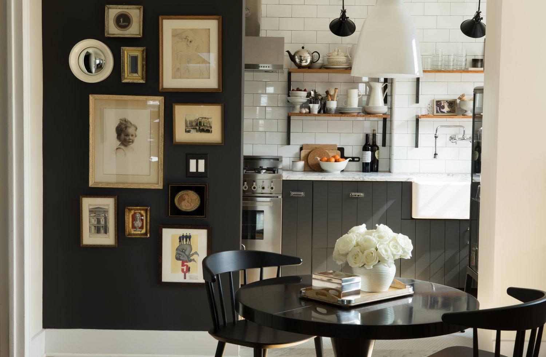 Gabinetes de cocina negros en cocina country en blanco y negro con detalles en madera