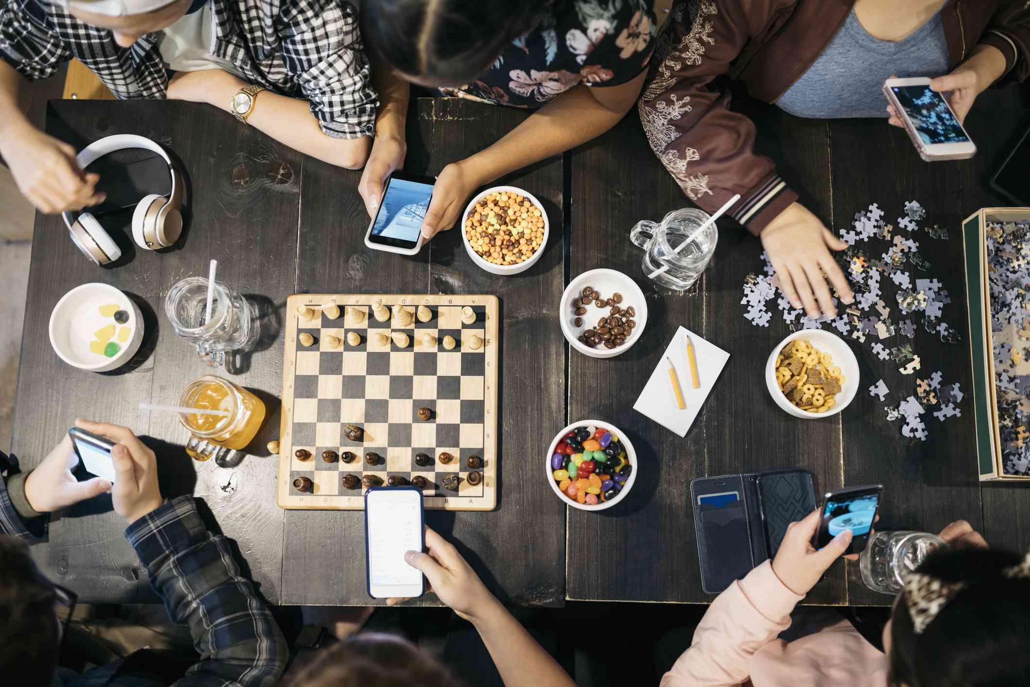 Mesa con tarjeta de lugar y una calabaza dorada