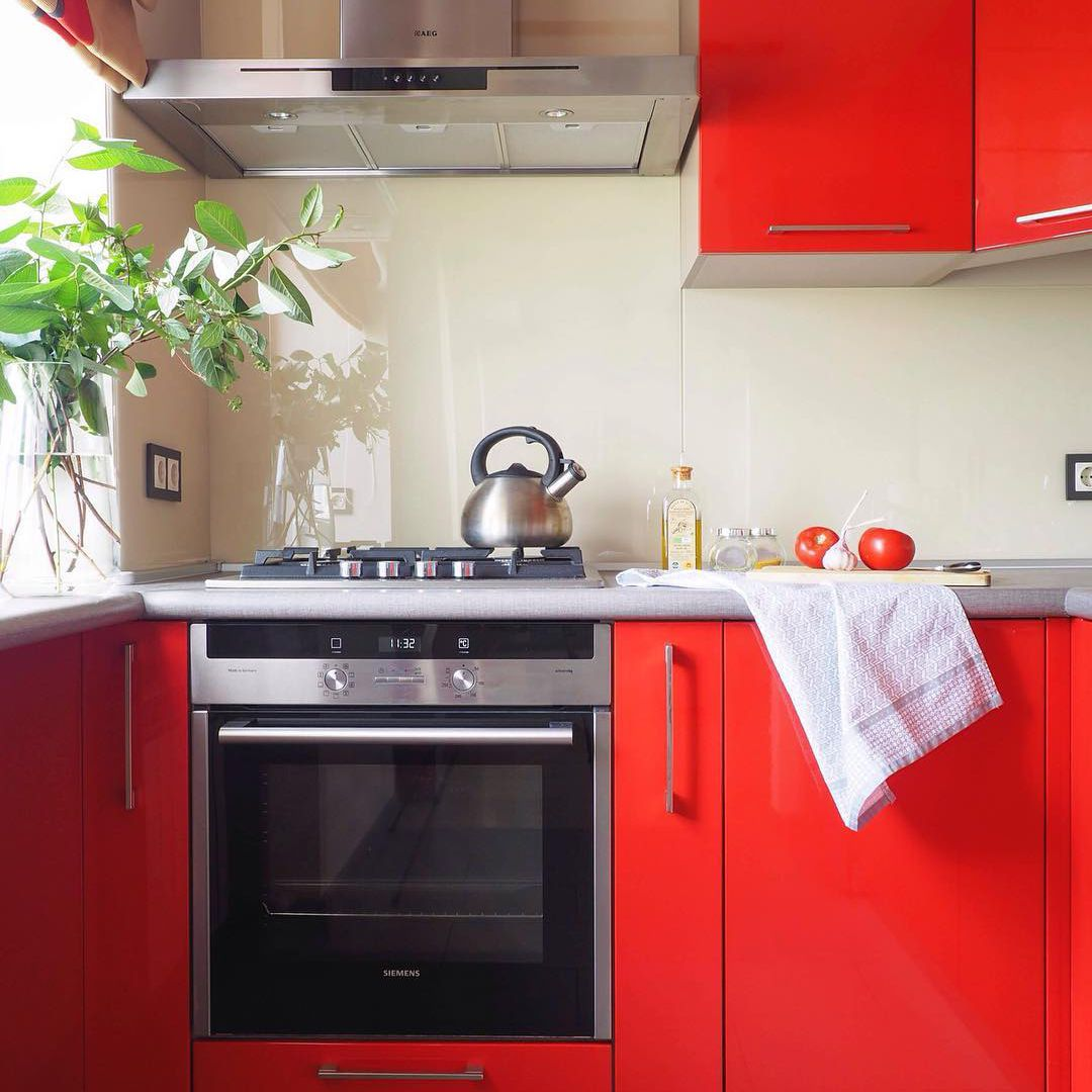 gabinetes de cocina de color rojo brillante brillante