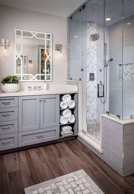 Baño con gabinetes grises