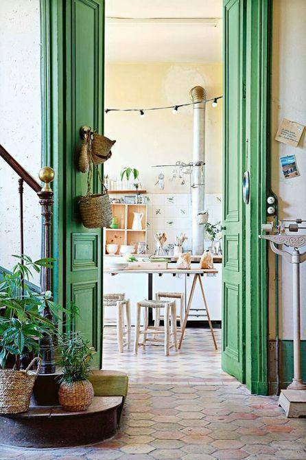 Habitación blanca resaltada con puertas altas de salón verde