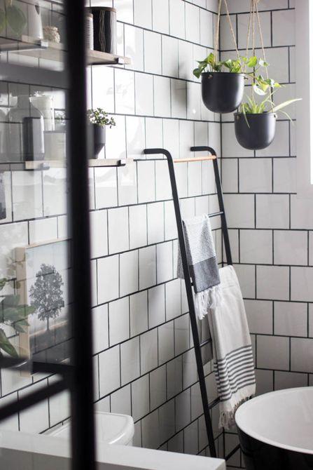 guardar toallas en el baño moderno