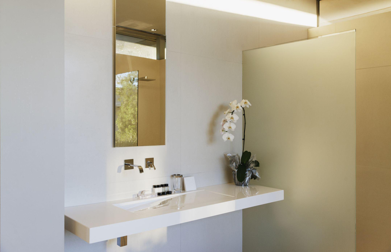 Baño moderno pequeño con encimera en voladizo blanco 457982519