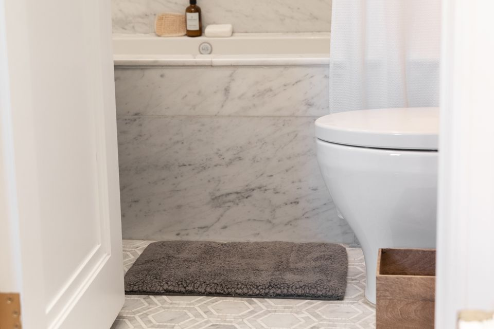 Gray rug in bathroom